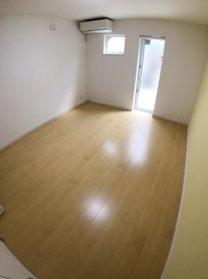1階南側約8.2帖の洋室になります♪ 本物件両面道路の為勝手口より南側道路に出る事が出来ます♪ 8.2帖ととても広いお部屋になっております♪