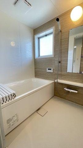 広くゆったり使える浴室は魅力的♪浴室暖房乾燥機付きですので雨の日もお洗濯に困りません♪