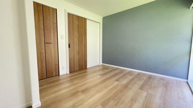 1階8帖洋室  アクセントクロスが空間をシックに見せます♪