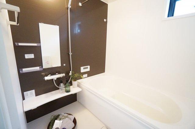 落ち着いた色合いの一坪タイプの浴室 広々としているので足を延ばしてゆっくり入浴できます 浴室乾燥機が標準装備です