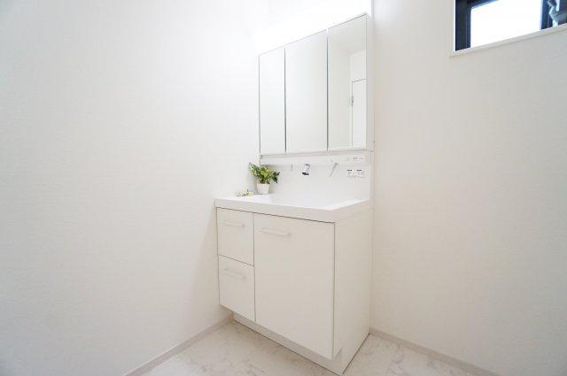 使い勝手のよい三面鏡の洗面台は収納スペースもしっかりあるので水回りをキレイにお使い頂けます ゆとりある洗面室はお子様との入浴にも便利です