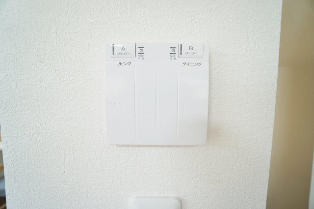 リビングには空気を汚さずに足元から暖かい床暖房が標準装備です