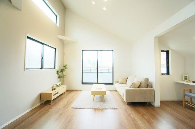 家族の集うLDKは三面開口の開放感 勾配天井+多面開口の光と風を享受する心地よい空間です