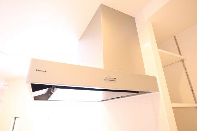 レンジフードももちろん新品です♪ キッチン横には収納棚が設置されていますので、調理器具や食料品を置くのに便利です