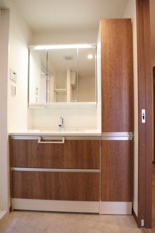 朝の身支度に便利なゆとりある三面鏡付きの洗面台です!鏡裏、洗面台下部、リネン庫など収納スペースがたっぷり設けられています