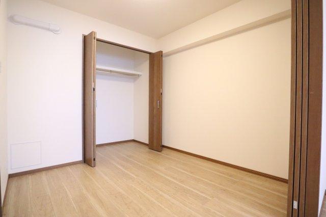 4.5帖の洋室は引き戸でリビングとフラットにつながります。 収納スペースも設けられているため、居住スペースは広くお使いいただけます