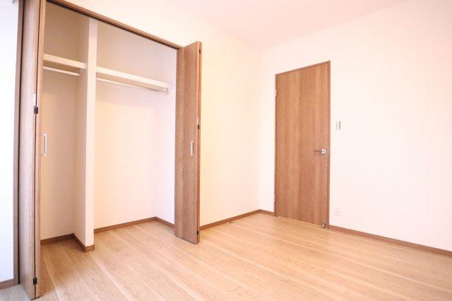 5帖の洋室。洋室は明るく採光がとれ、大容量のクローゼットがあります。