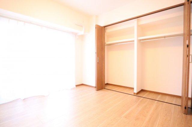 6帖の洋室。広々とした洋室は収納スペースがたっぷり!どんなお洒落さんでも安心の大容量収納が自慢です!