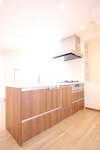 新品キッチンは引き出し式収納で、大きなお鍋や調味料も楽々取り出せます
