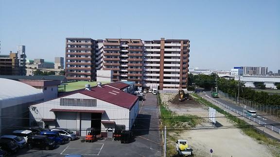 前面に高いマンションなどがなく開放的な眺望がひろがります。