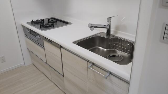 独立型キッチンは壁面が多いので収納量が多くなります♪ 食器洗浄機が後片付けをサポート!食事後の家族のくつろぎタイムをゆっくりもてます