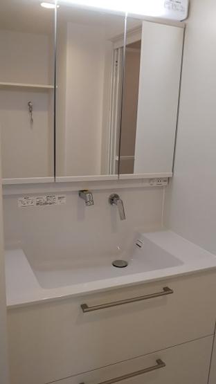 三面鏡裏収納付で、散らかりがちな洗面回りもすっきりと片付きます。 新品洗面台は、蛇口が壁についている最新タイプ。水が飛び散りにくくお掃除も楽々なんです