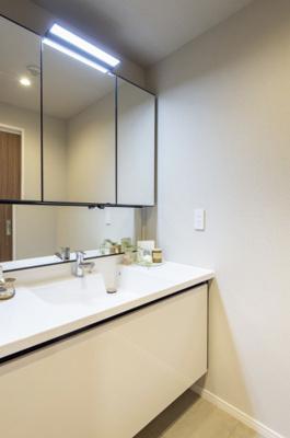 LIXIL製洗面化粧台です。洗面周りの小物をすっきり整頓できるミラーボックスや出し入れしやすいキャビネットで収納便利です。