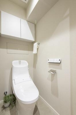 廊下に面しているプライベート空間のトイレには、LIXIL製シャワートイレ一体型便座を設置。手洗いボウルが広く、使いやすいフォルムです