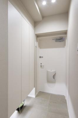 ホワイトカラーで統一された清潔感のある玄関は、収納たっぷりなシューズボックスの下に設置されたフットライトが足下を明るく照らしてくれます。