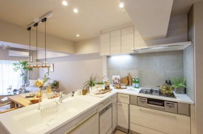 キッチンは、堅牢なトクラス製システムキッチン。L字型なので作業効率も上がります。収納豊富も嬉しいポイントです。