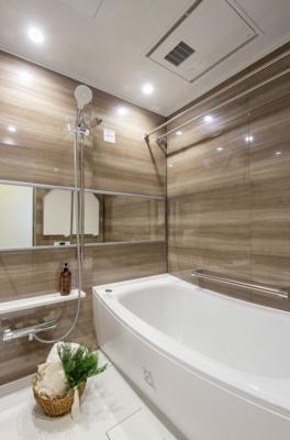 ウッド調の壁パネルがぬくもりを感じさせるバスルームです。