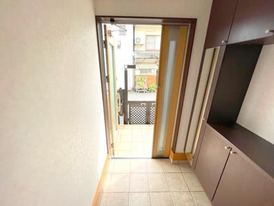ゆとりある土間の玄関です。天井までたっぷりの作り付けのシューズボックスと姿見が便利です。