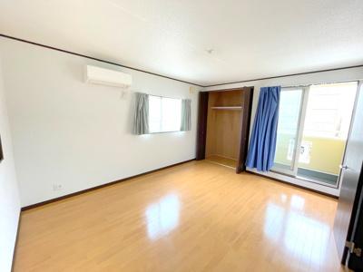 3階洋室約10帖です。東側の窓から光が差し込む明るい居室です。