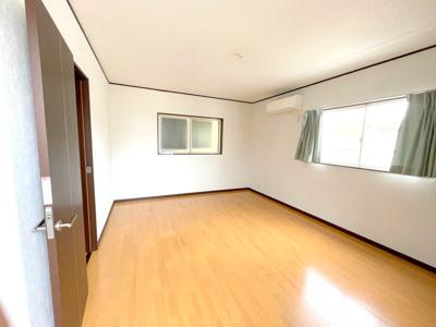 3階の洋室約7.4帖です。南側バルコニーに面したお部屋です。