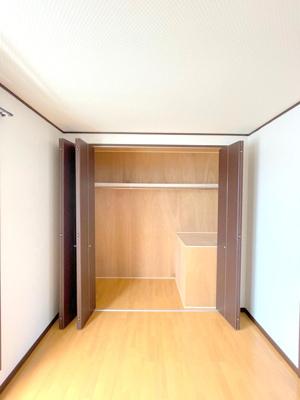 3階の7.4帖の洋室の収納です。壁一面にあり、大容量です。