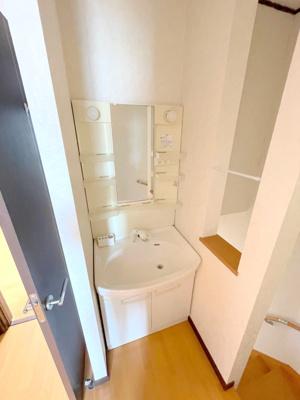 3階にも独立洗面台がございますので、朝の身支度も混みあうことなく快適です。