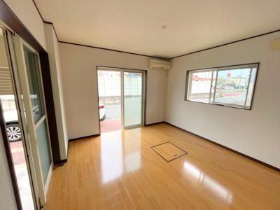 1階の洋室7.7帖です。南東角地で採光良好な明るい室内です。
