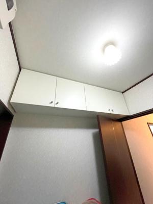 洗面上の収納です。こちらに消耗品などを収納し、洗面室を広く使えます。