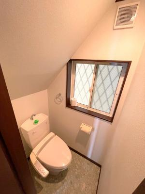 清潔感のある温水洗浄便座です。窓もあり、換気が容易ですね。