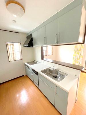 キッチンはオール電化のIHコンロでお掃除楽々です。また足元はヒーターが付いており、寒い冬も暖かくお料理ができます。