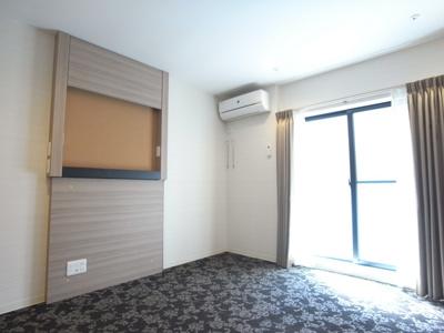「おしゃれなカーペット仕様の居室です」