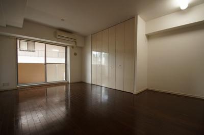 洋室11.9帖のお部屋です。