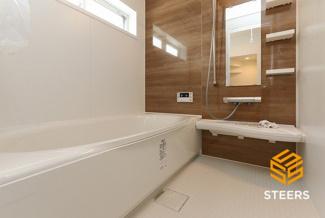 ゆったりと足を伸ばせるゆとりある浴室。1日の疲れを癒してくれます♪ 床は滑りにくい素材なのでお子様やご年配の方に優しいです!さらにお掃除もラクラク♪ 雨の時期や花粉の時期に便利な浴室乾燥機付き!