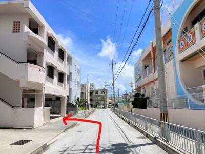 大地の子こども園の向かいのアパート下駐車場です。