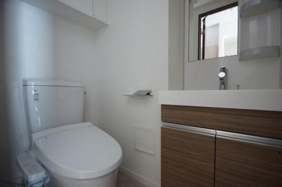 温水洗浄便座つきトイレです。日々の生活に便利な「独立洗面化粧台」