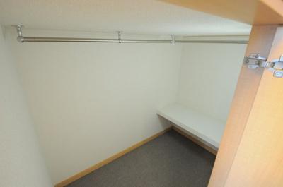 ベッド下は広々収納空間
