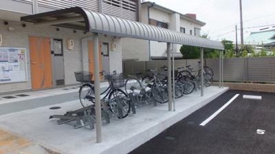 学生に必須の自転車置き場も広々としてます。