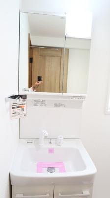 新規洗面台を設置しています♪スペースも広々♪