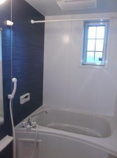 追い焚き機能と浴室乾燥機付きのお風呂です。 物干し竿もあるので、雨の日に洗濯物を干せます。