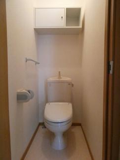 ウォシュレット付きのトイレです。 小物を収納できるスペースもあります。