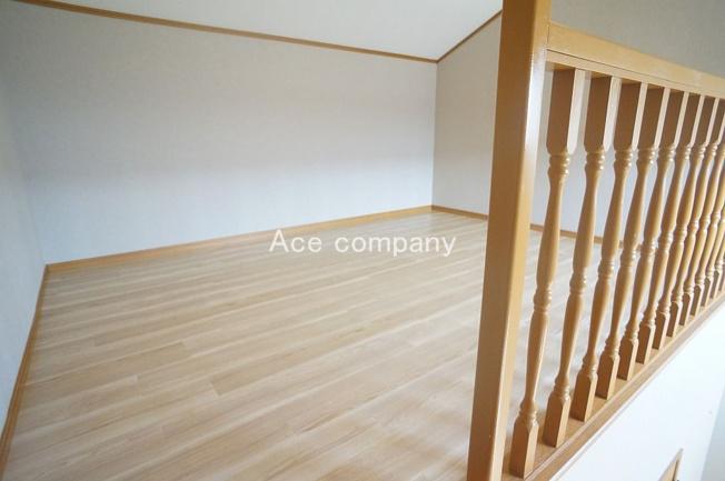 【3階:西側洋室7帖】多目的に使用可能なオープンロフト付きです♪