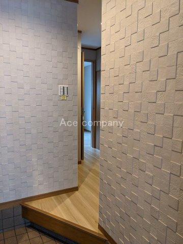 玄関ホール壁「エコカラット」貼りです!調湿・ニオイ吸着・VOC吸着などの効果があります☆