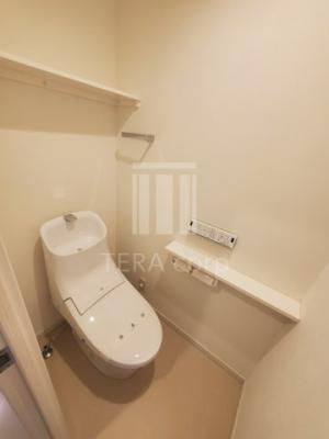 収納スペースも考えられたトイレ。ウォシュレット付きです。