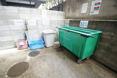 敷地内にゴミ捨て場がございます