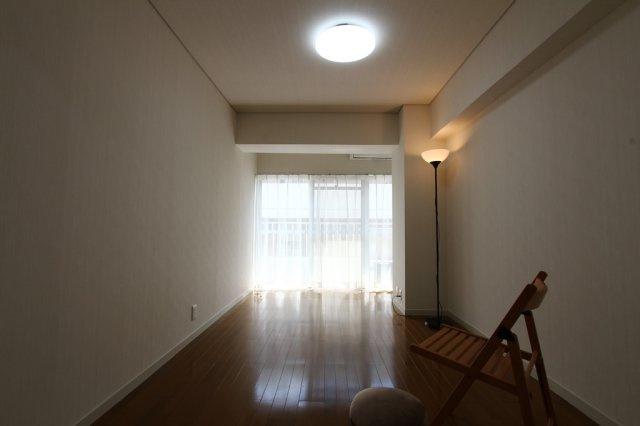 LDKに隣接した洋室は、主寝室や居室はもちろん◎開放すればLDKに繋がり広々とした空間確保が出来ます!入居後便利なエアコン付き。気になる設備仕様等お気軽にお問合せ下さいませ !