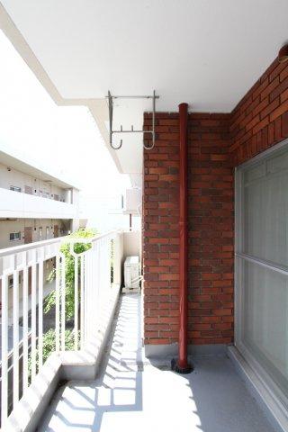 2部屋から出入りが可能なバルコニー付き◆2階部分のため、プライベートも確保されております。緩やかな階段のため、昇り降りもスムーズ!