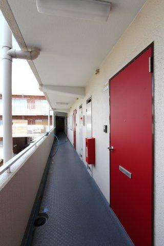 お洒落な赤い玄関ドア♪2階部分ですが、緩やかな階段のため昇り降りもスムーズです。3LDKの間取りはファミリーにもオススメでございます。