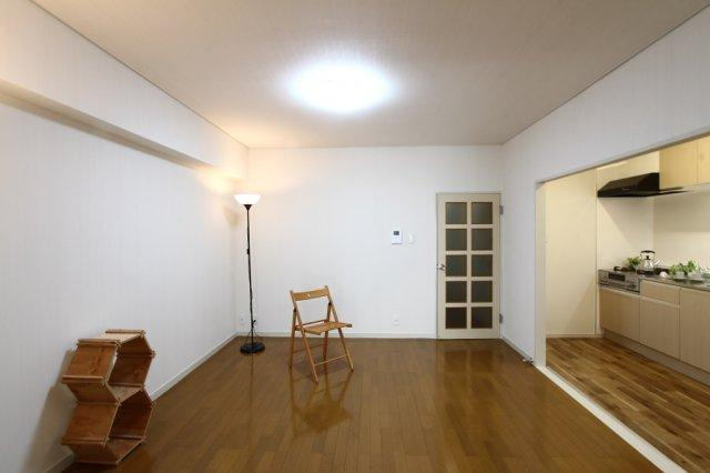 広い空間や明るさを演出してくれる白を基調としたナチュラルなLDK◎合わせやすい色合いでインテリアコーディネートが楽しみになりますね♪内装手入れ済みの綺麗な室内です。