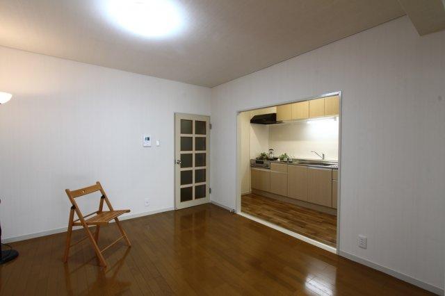 お料理に集中したい方におすすめの壁付けキッチン◎ごちゃごちゃしがちなキッチンがリビングから見えにくくなっているのも嬉しいポイントですね!現況空室でございます♪