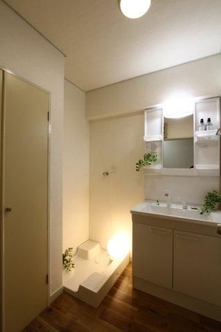 棚や洗面下と収納力の高い洗面台。日常用品がすぐ手の届くところに置けて便利ですね♪現況空室のため、気になる水回り等現地にてご確認くださいませ。是非お気軽にお問合せ下さい。